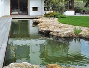 Ökologisches Schwimmbad-System, Natur-Schwimmteich mit Starnberger Travertin-Ufersteinen