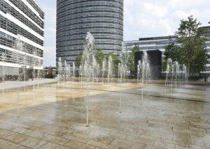 Bodenbelag im Wasser am Vodafone Campus Düsseldorf aus Bauhaus Travertin von TRACO