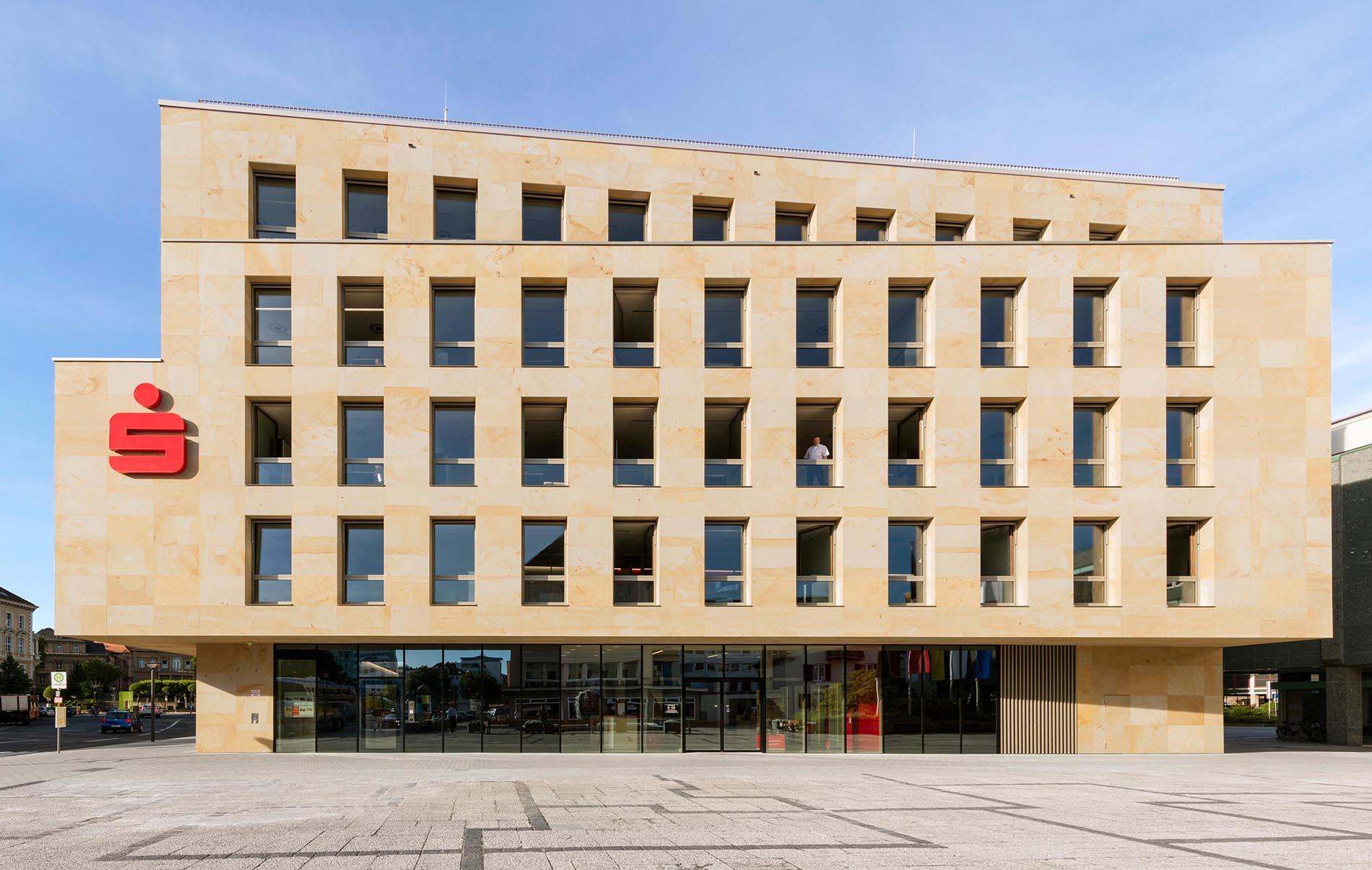 Sparkasse Bayreuth TRACO Natursteinfassade aus Seeberger Sandstein