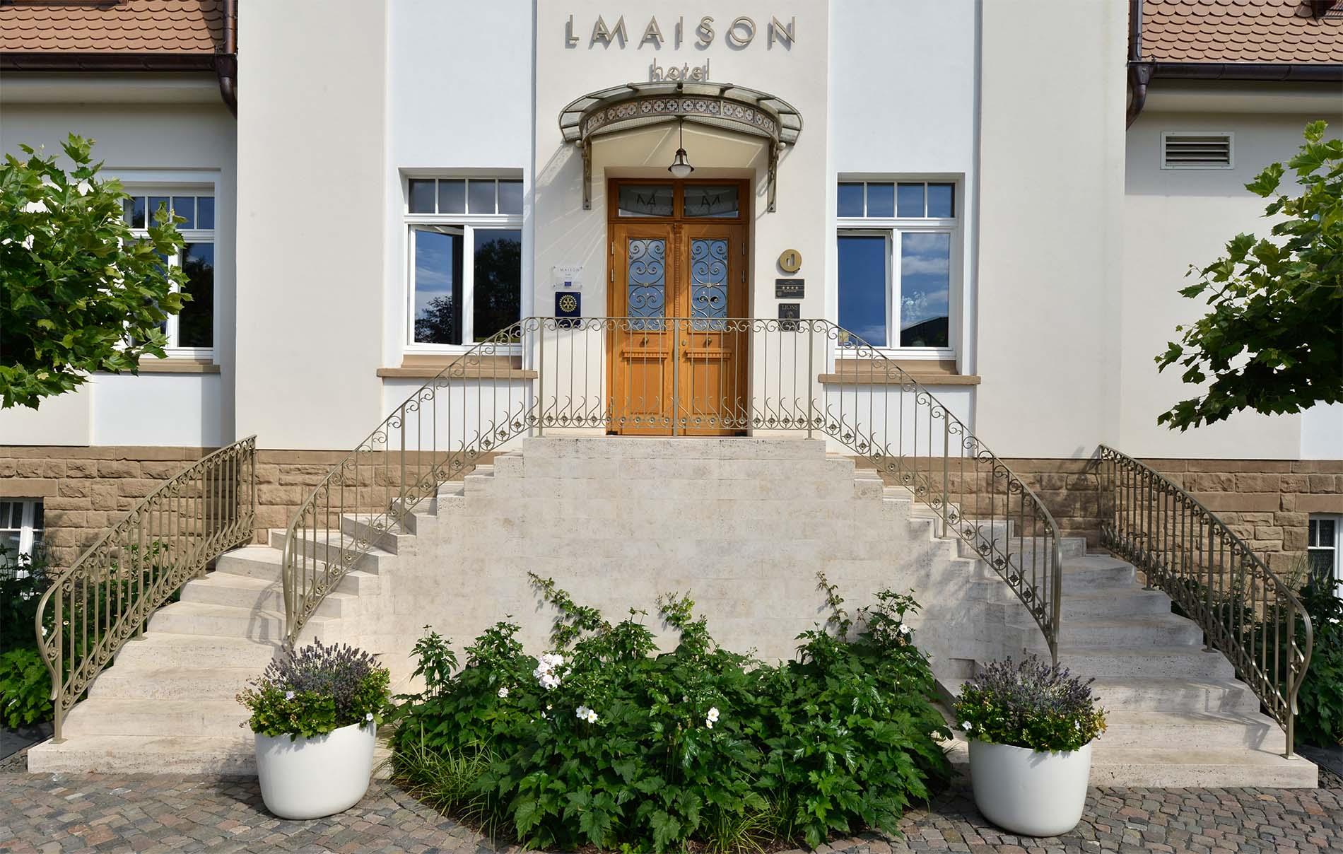 Hotel La Maison Saarlouis Blockstufen Treppenanlage Bauhaus Travertin Naturstein TRACO