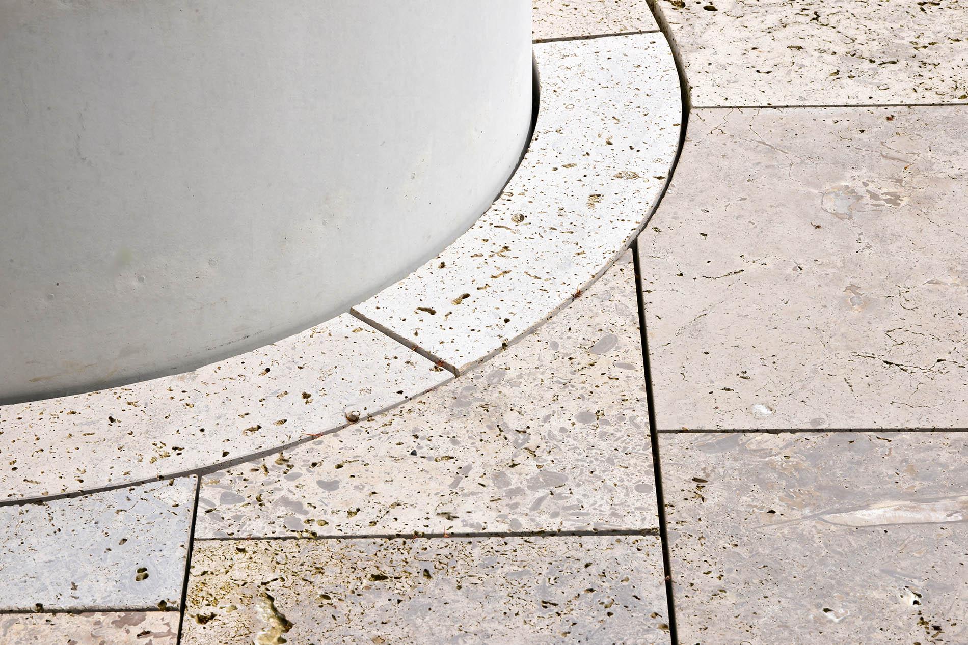 Kreissparkasse (KSK) Tuttlingen Bodenplattenn Wasserbecken Detail Travertin Sonderbuch geschliffen TRACO Naturstein