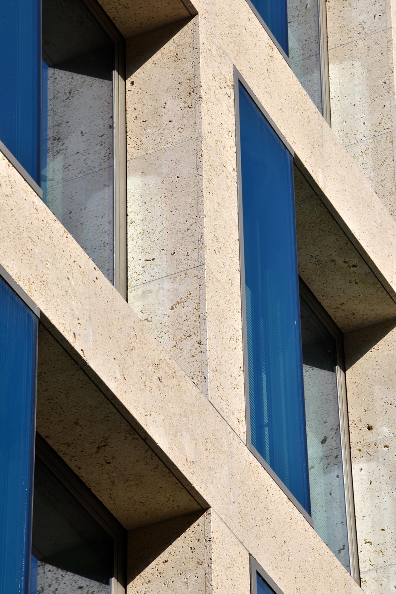 PSD Bank Saarbrücken Fassadenplatten Leibungsplatten Travertin Sonderbuch grob gekordelt TRACO Naturstein