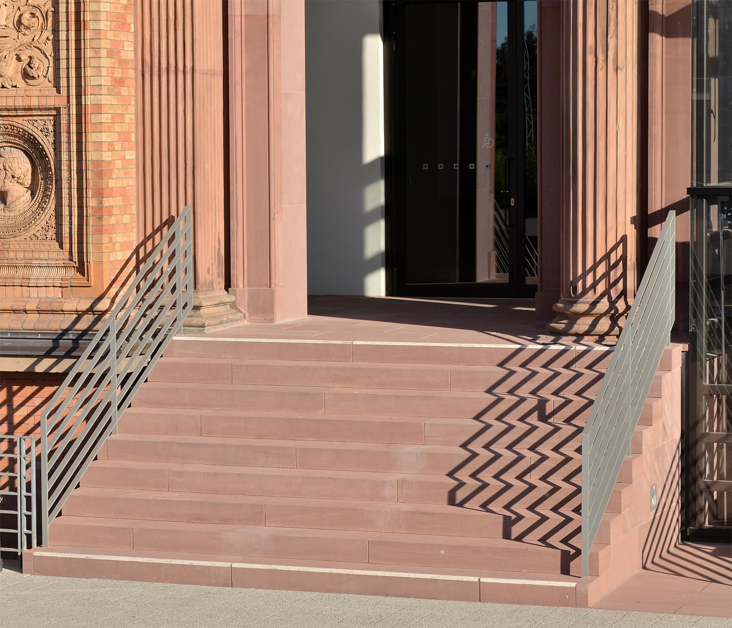 Kunsthalle Hamburg Blockstufen Treppenanlage Mainsandstein sandgestrahlt Aufmerksamkeitsstreifen Signalsteifen