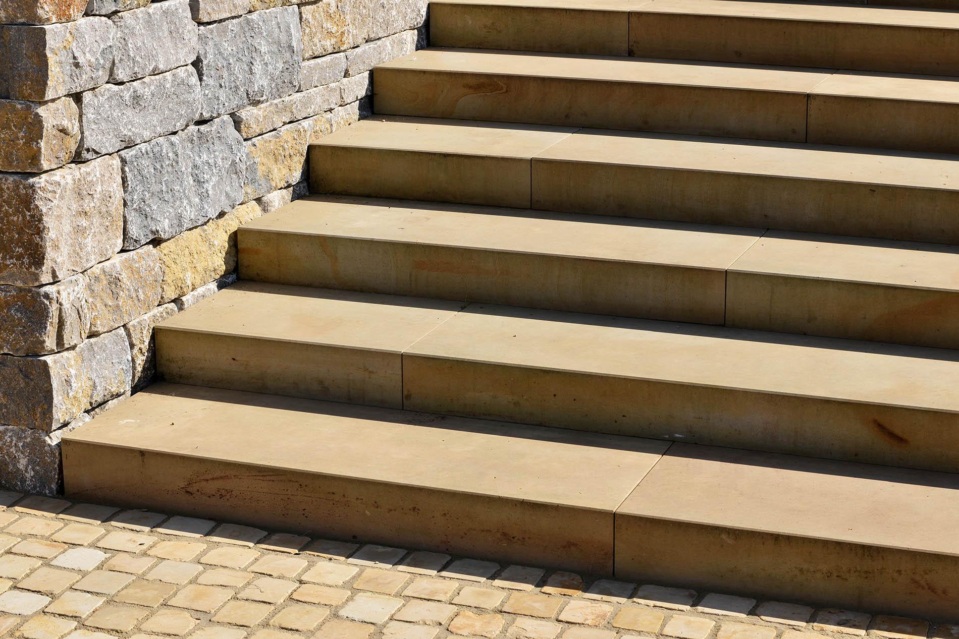 Blockstufen und Pflastersteine aus Seeberger Sandstein, Mauersteine aus Muschelkalk von TRACO