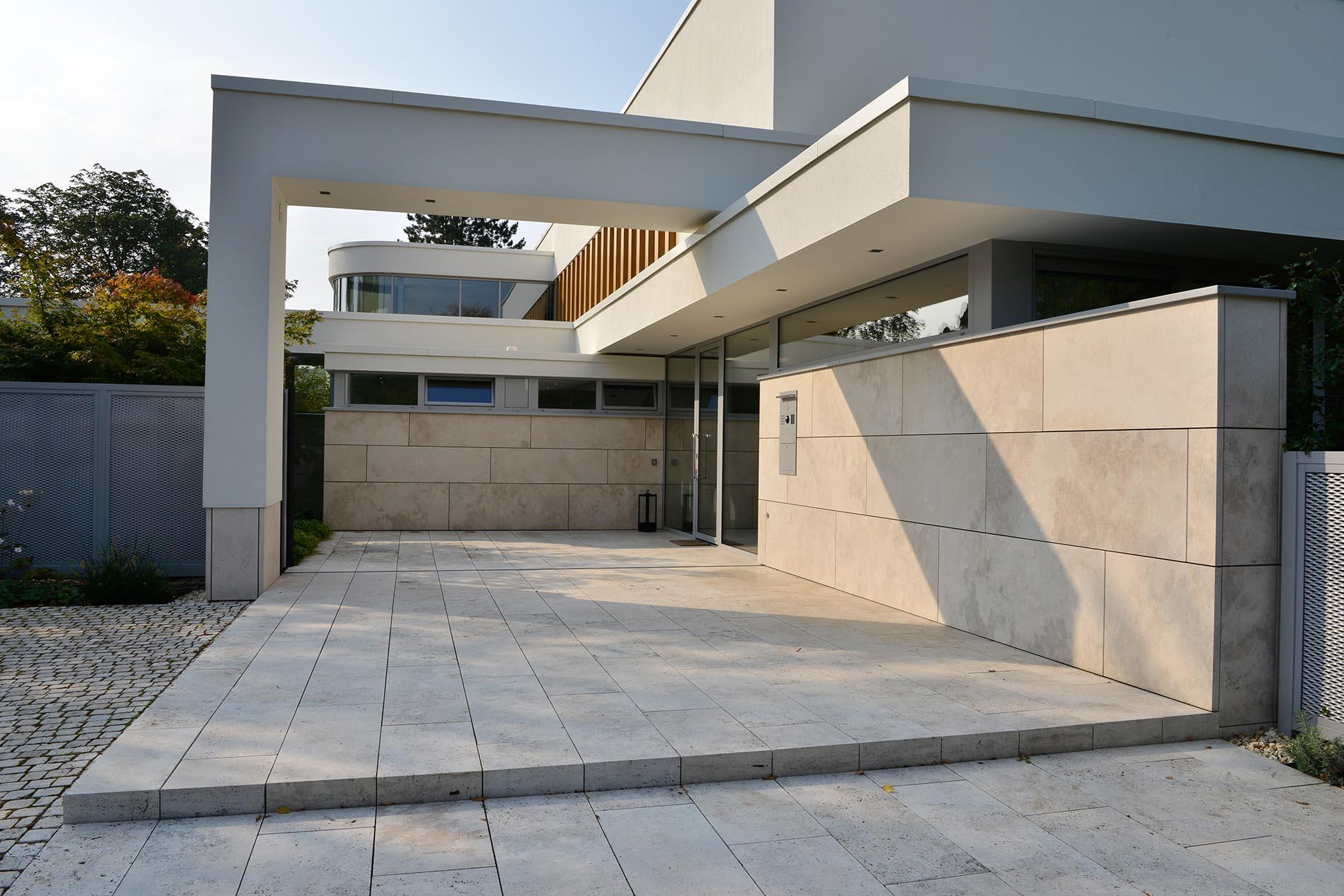 Boden- und Fassadenplatten aus Bauhaus Travertin von TRACO
