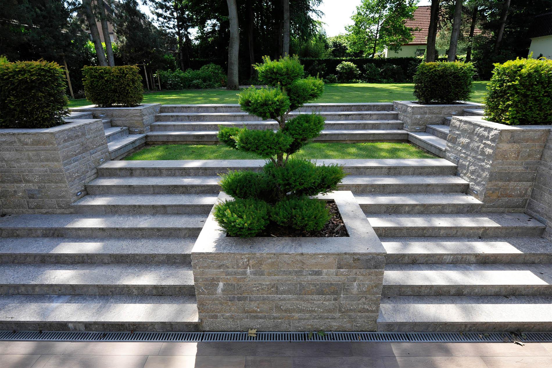 Bodenplatten, Treppenbeläge, Mauersteine und Abdeckplatten aus Muschelkalk von TRACO