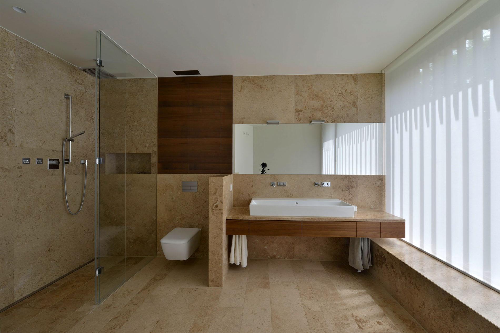 Bodenplatten, Wandverkleidung und Waschtisch aus Travertin von TRACO