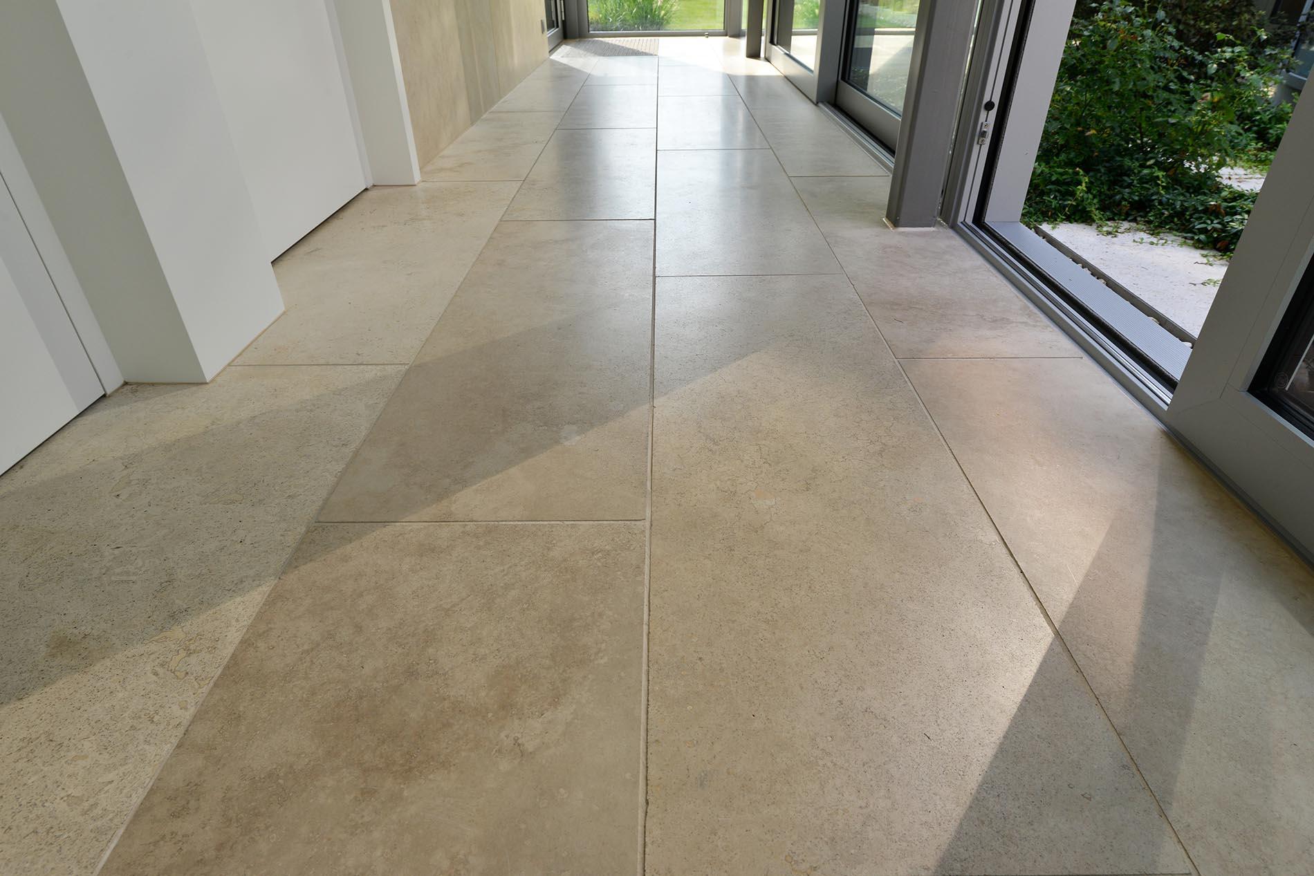 Bodenplatten aus Bauhaus Travertin von TRACO