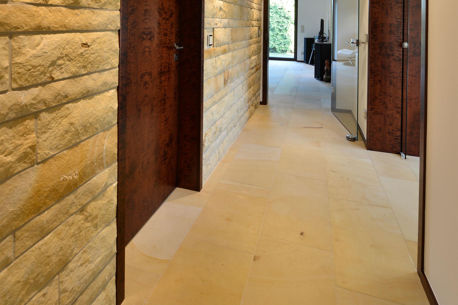 Bodenplatten aus Seeberger Sandstein von TRACO