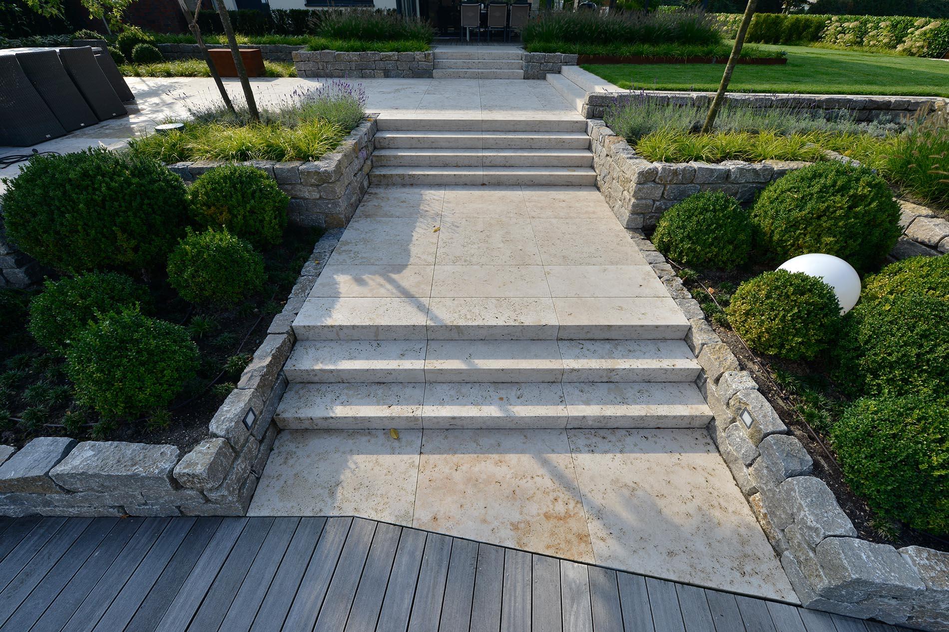 Bodenplatten und Blockstufen aus Bauhaus Travertin - Mauersteine aus Muschelkalk von TRACO