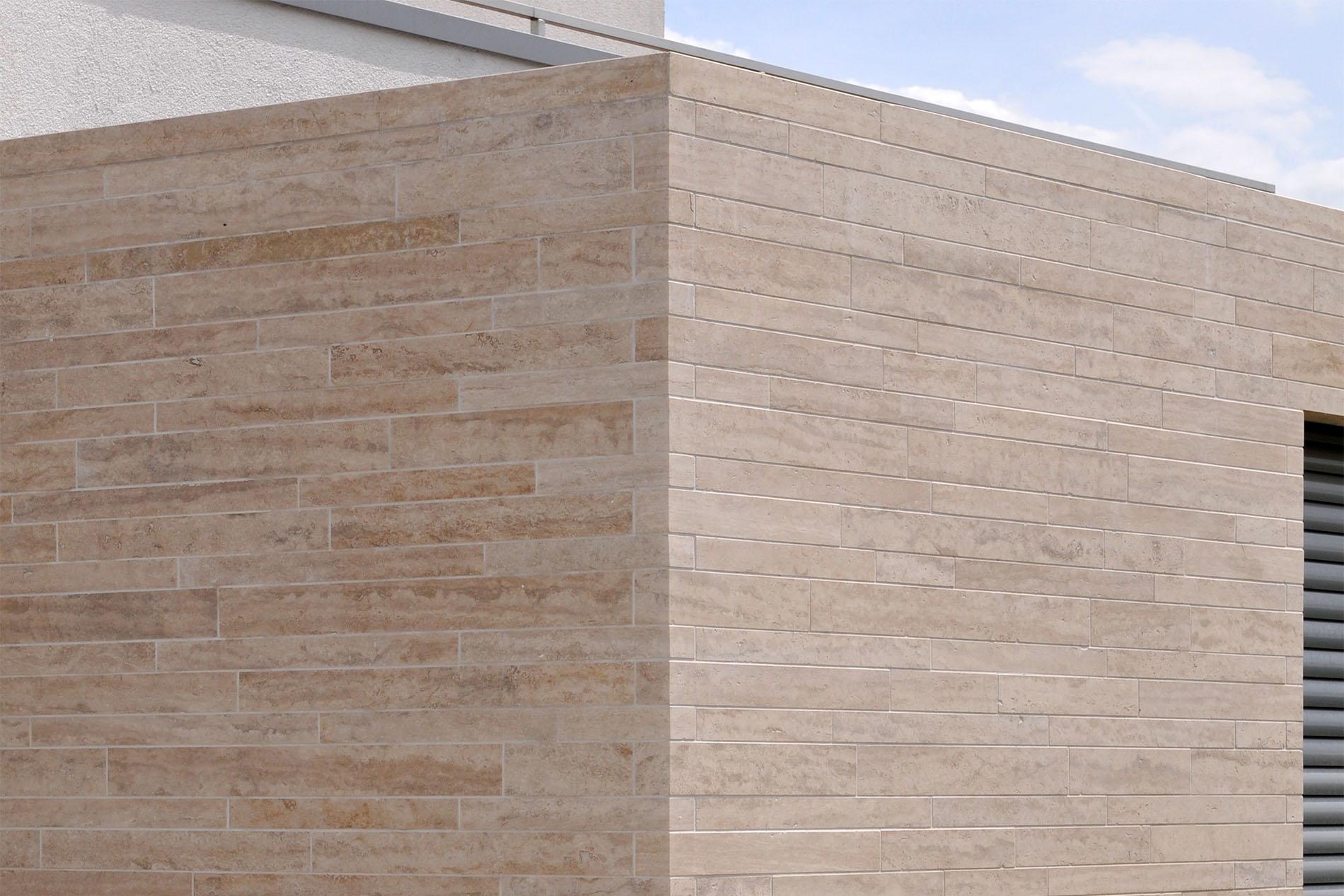 Natursteinfassade aus Travertin Verblendern von TRACO