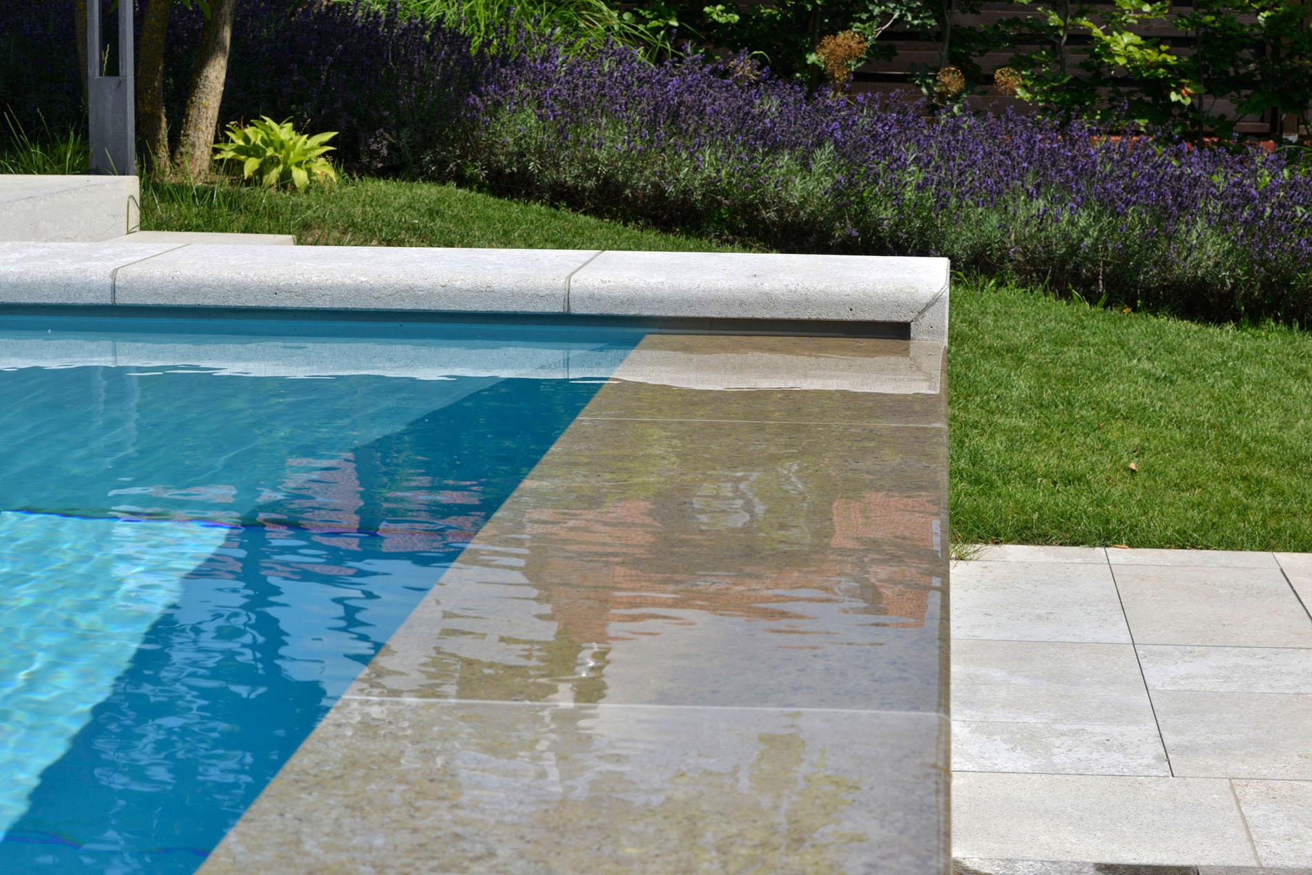 Poolumrandung und Terrassenplatten aus Muschelkalk von TRACO