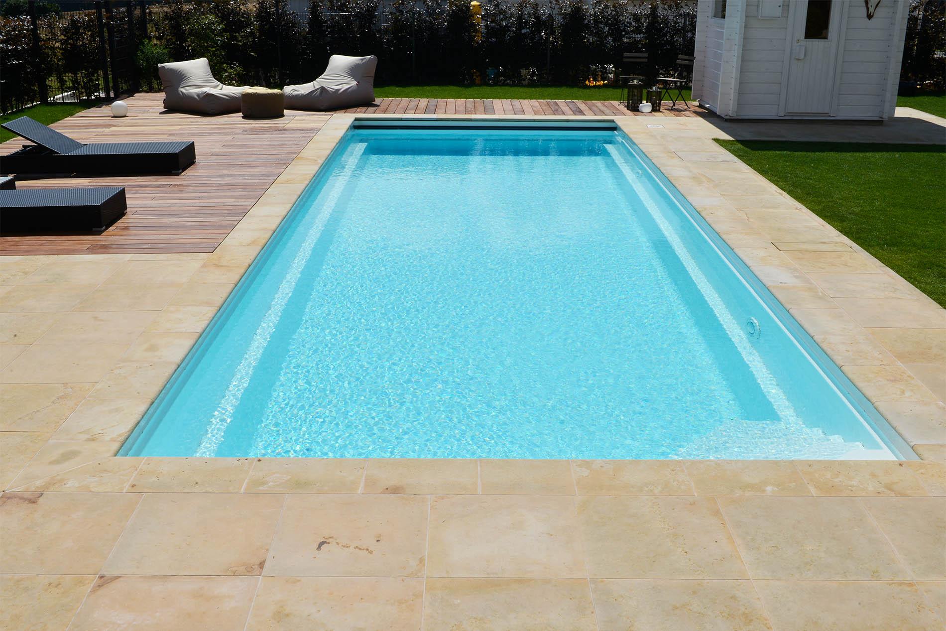 Terrassenplatten und Poolumrandung aus Seeberger Sandstein von TRACO