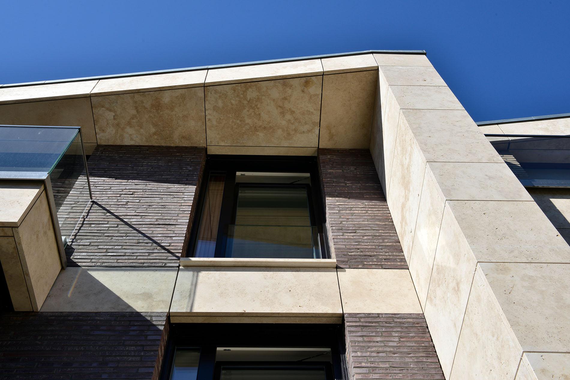 Fassadenplatten aus Bauhaus Travertin von TRACO