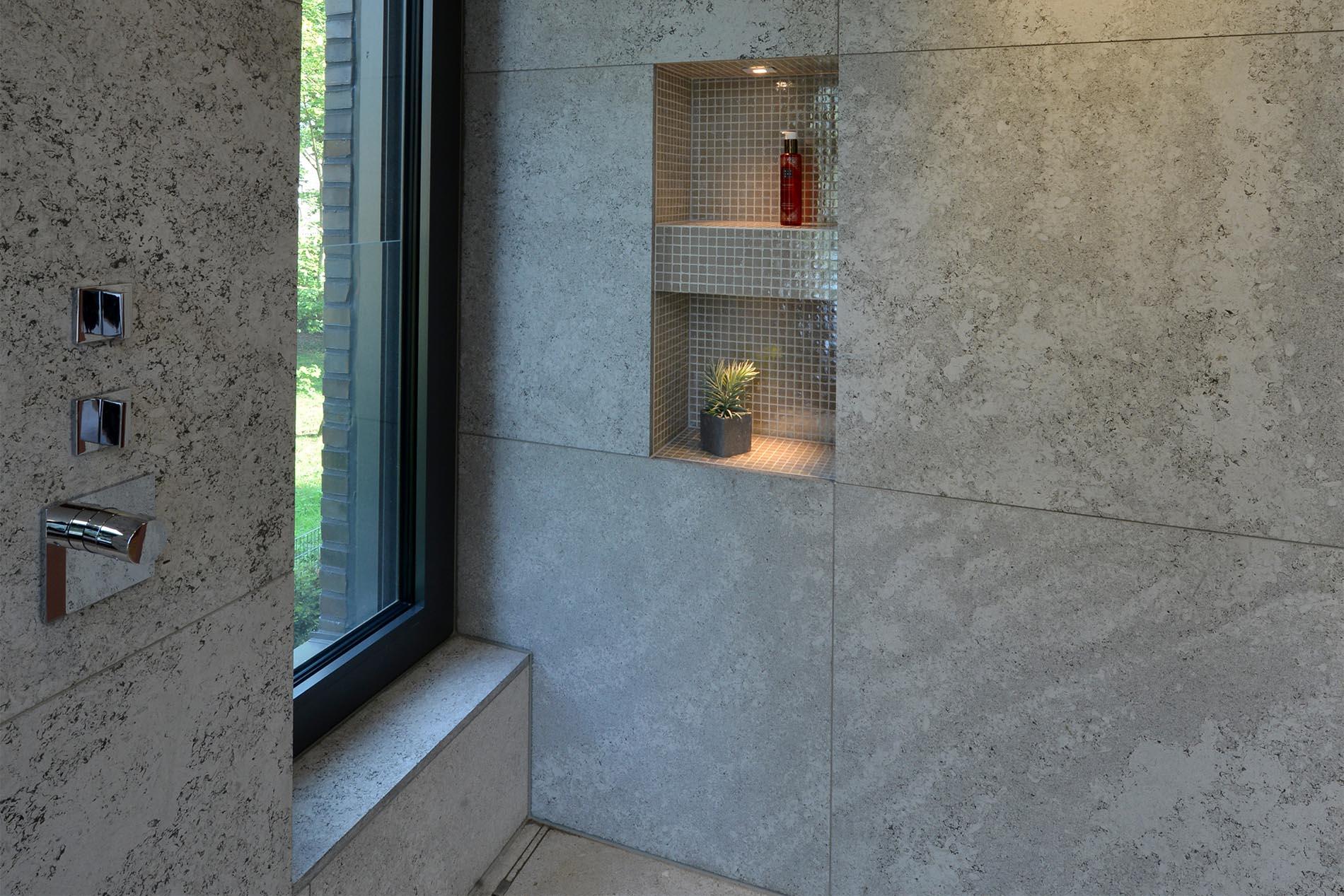 Wand- und Duschverkleidung aus Muschelkalk von TRACO