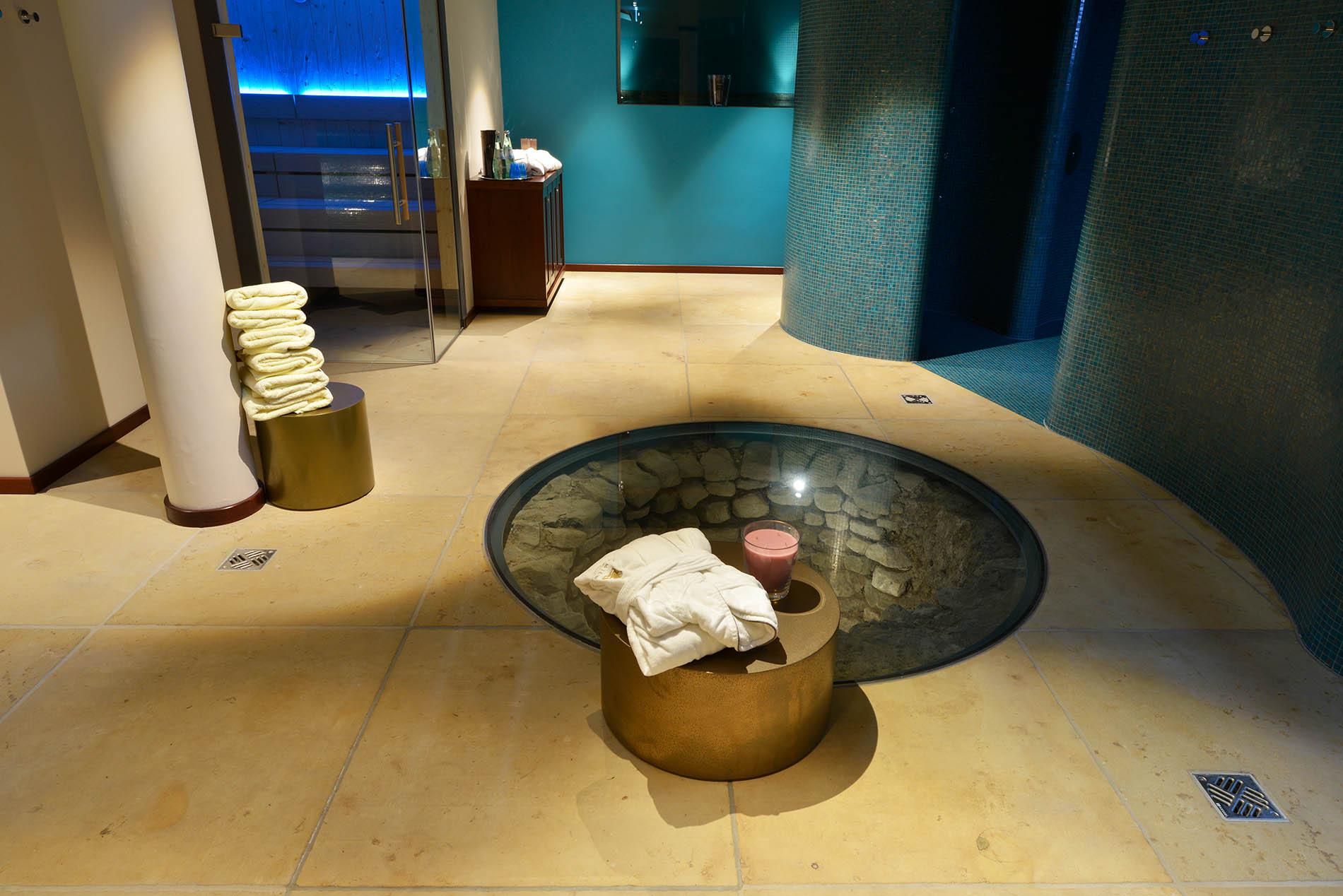 Wellnessbereich mit Naturstein Bodenplatten aus Seeberger Sandstein von TRACO