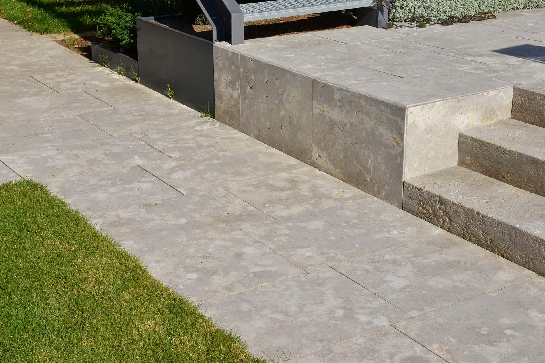Bodenplatten und Blockstufen aus Limes Dolomit® von TRACO