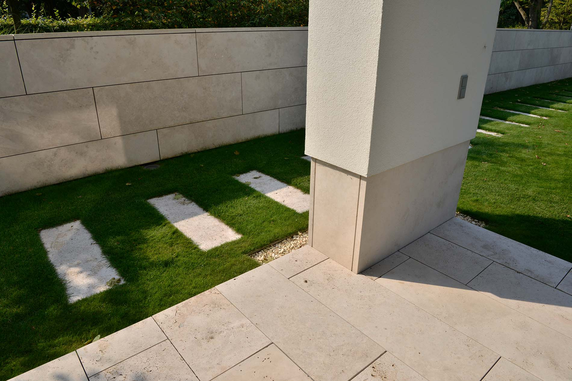 Bodenplatten und Gartenplatten aus Bauhaus Travertin von TRACO
