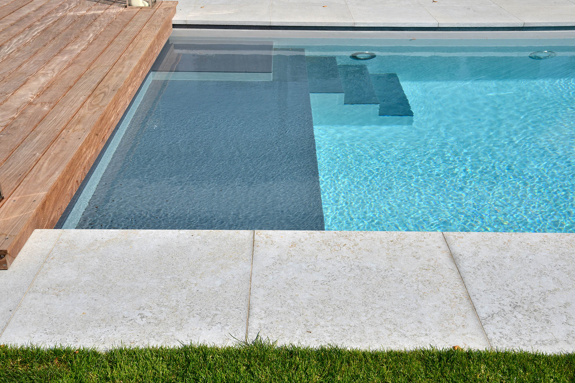 Bodenplatten und Poolumrandung Muschelkalk von TRACO
