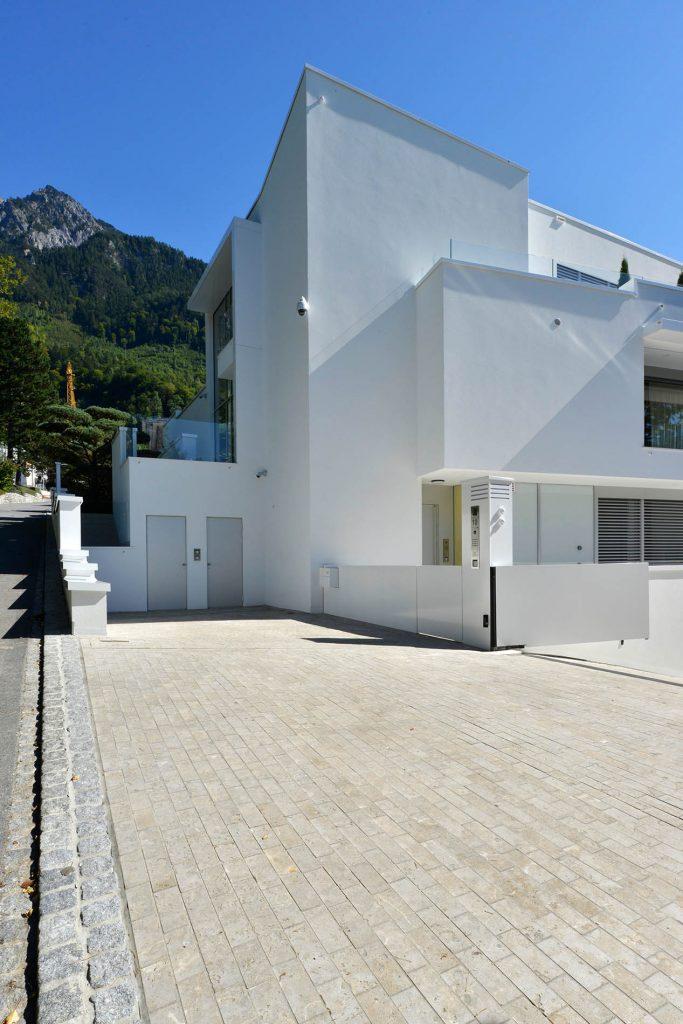 Garageneinfahrt mit Limes Dolomit® Naturstein Pflastersteinen von TRACO