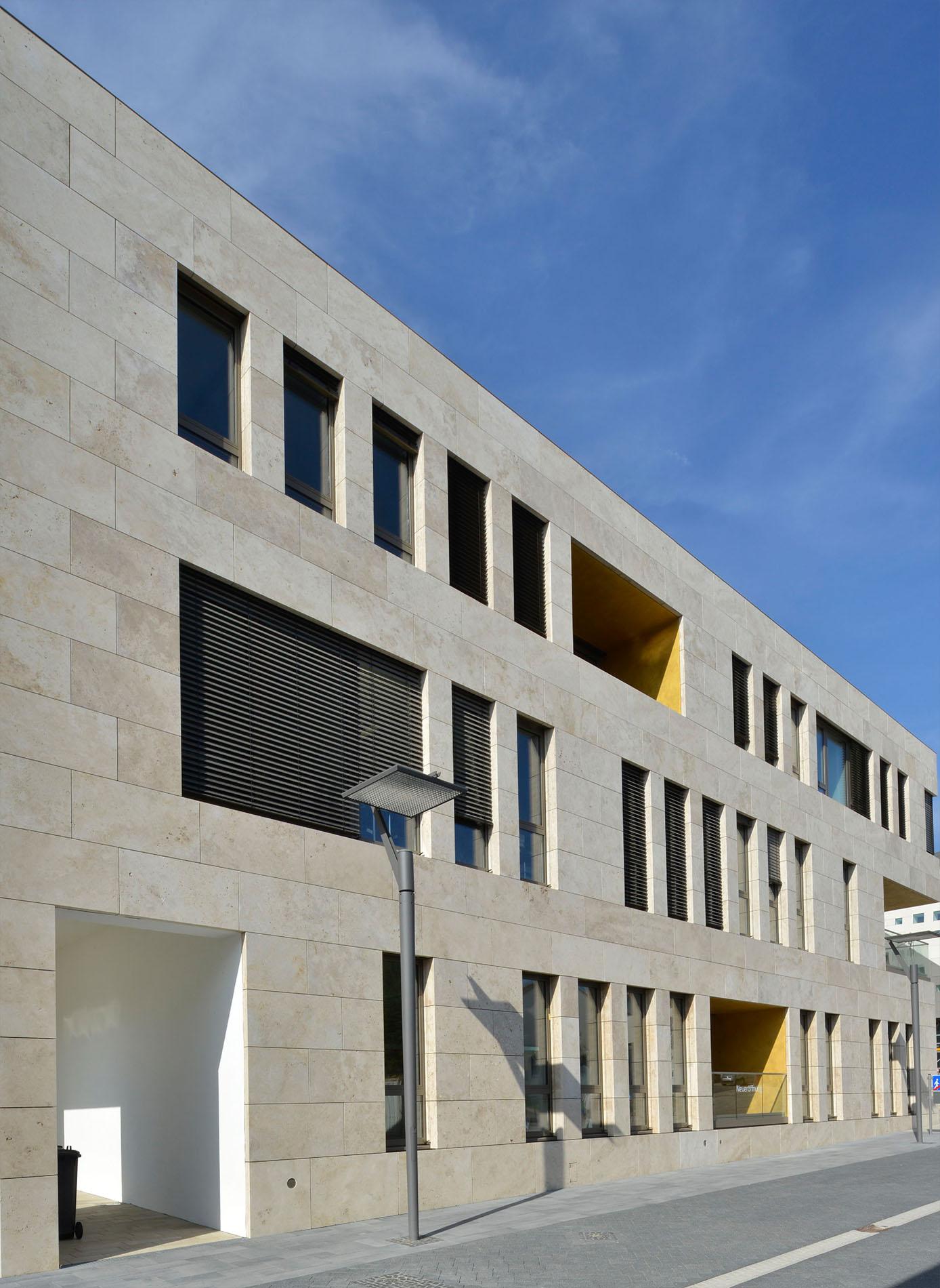 Dienstleistungsgebäude in Ingelheim mit Travertin Fassadenplatten von TRACO