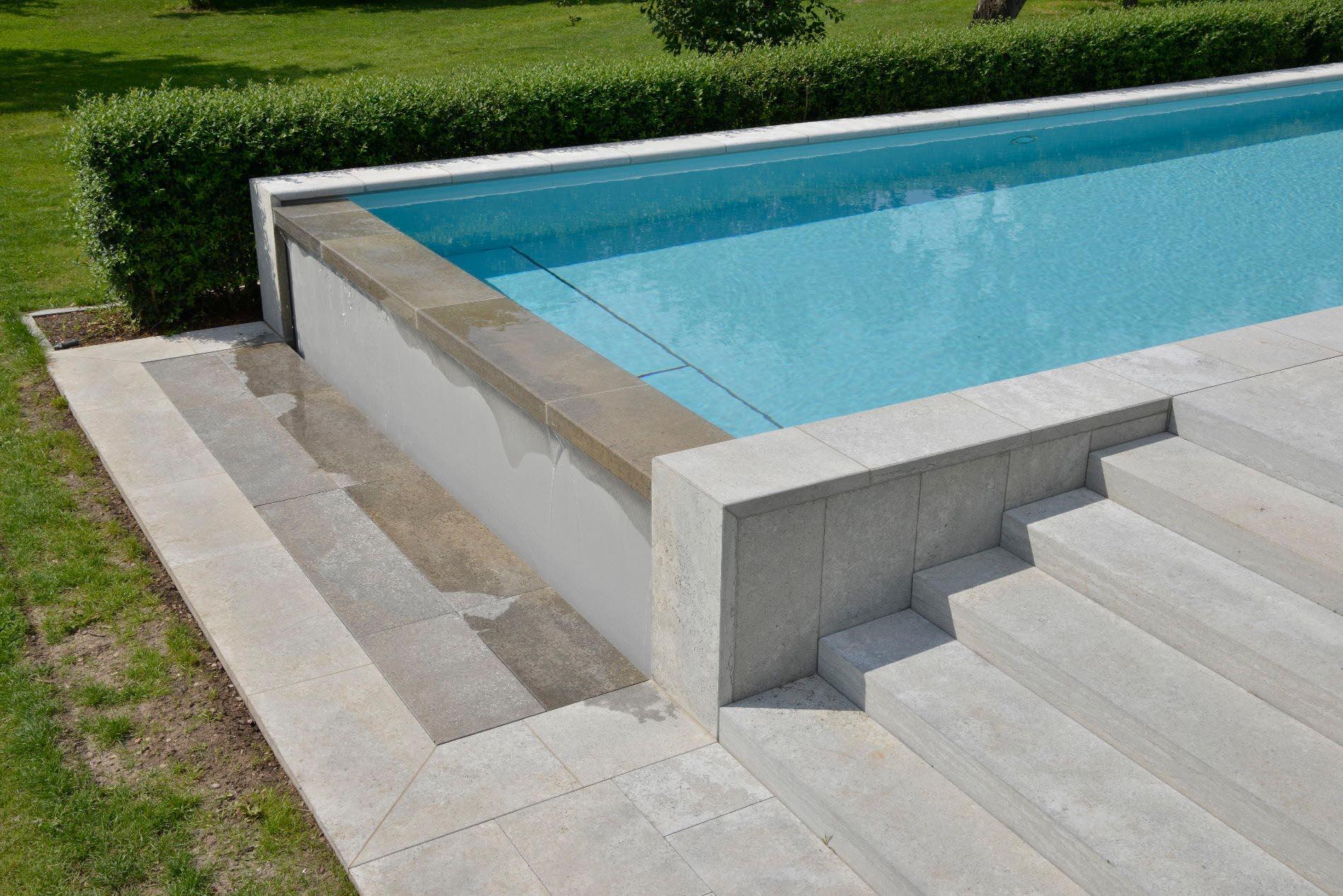 Poolumrandung, Blockstufen und Bodenplatten aus Muschelkalk von TRACO