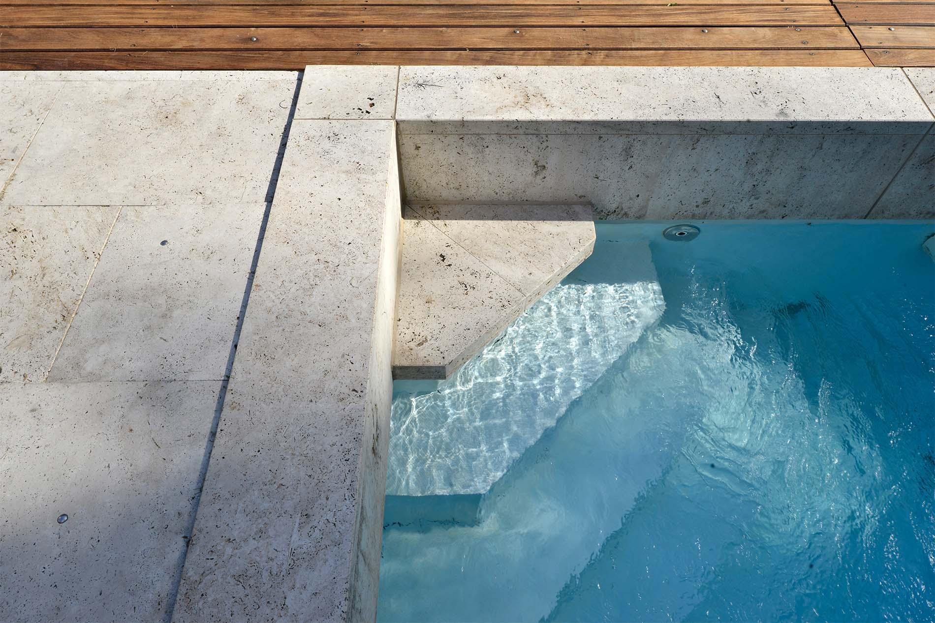 Poolumrandung, Bodenplatten und Stufe aus Bauhaus Travertin von TRACO