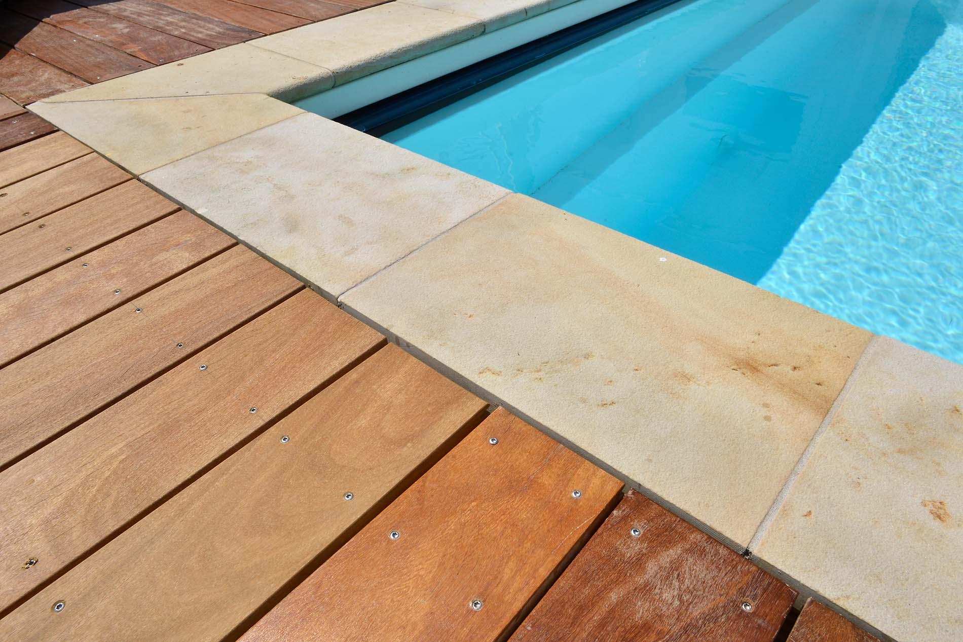 Poolumrandung aus Seeberger Sandstein von TRACO