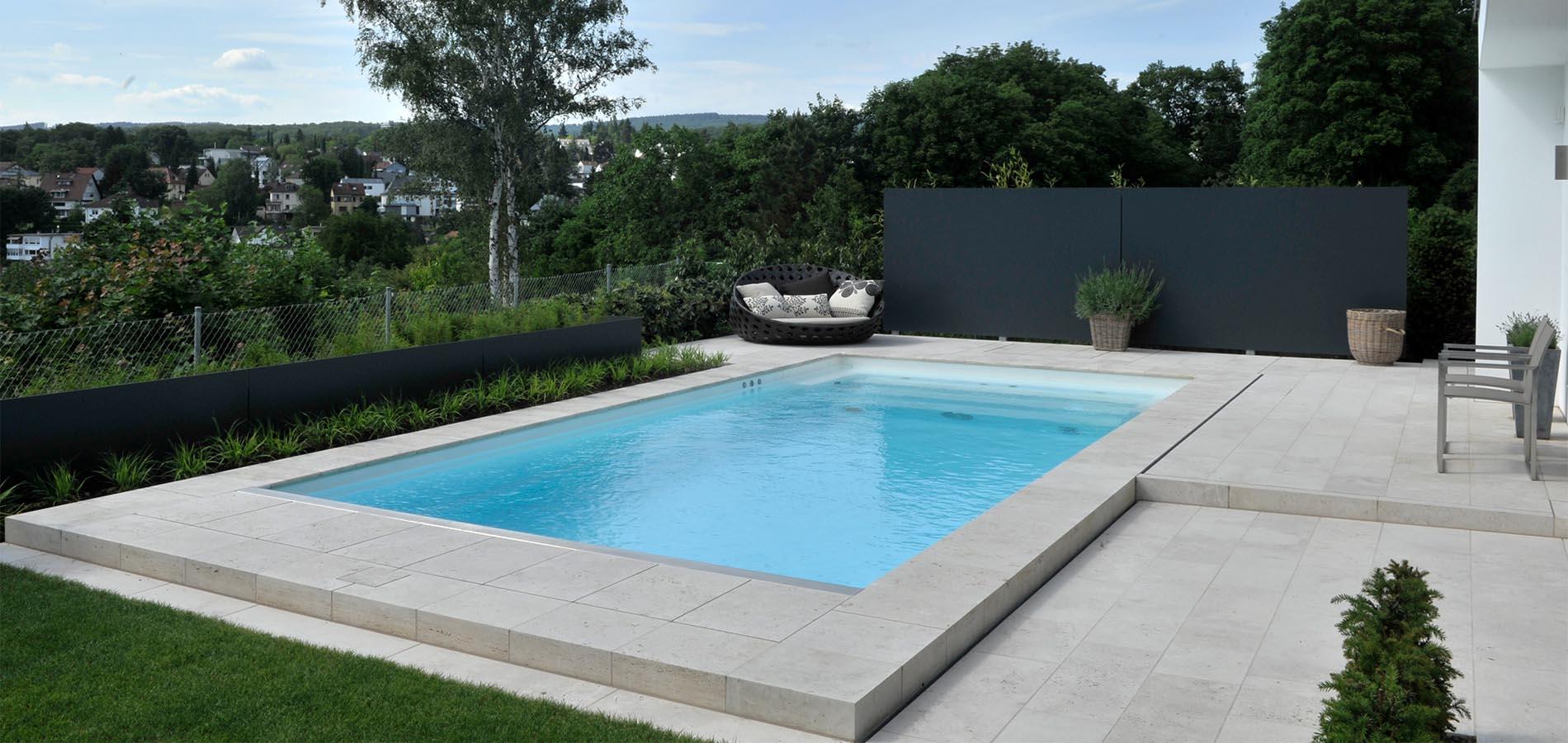 Poolumrandung und Bodenplatten aus Bauhaus Travertin von TRACO