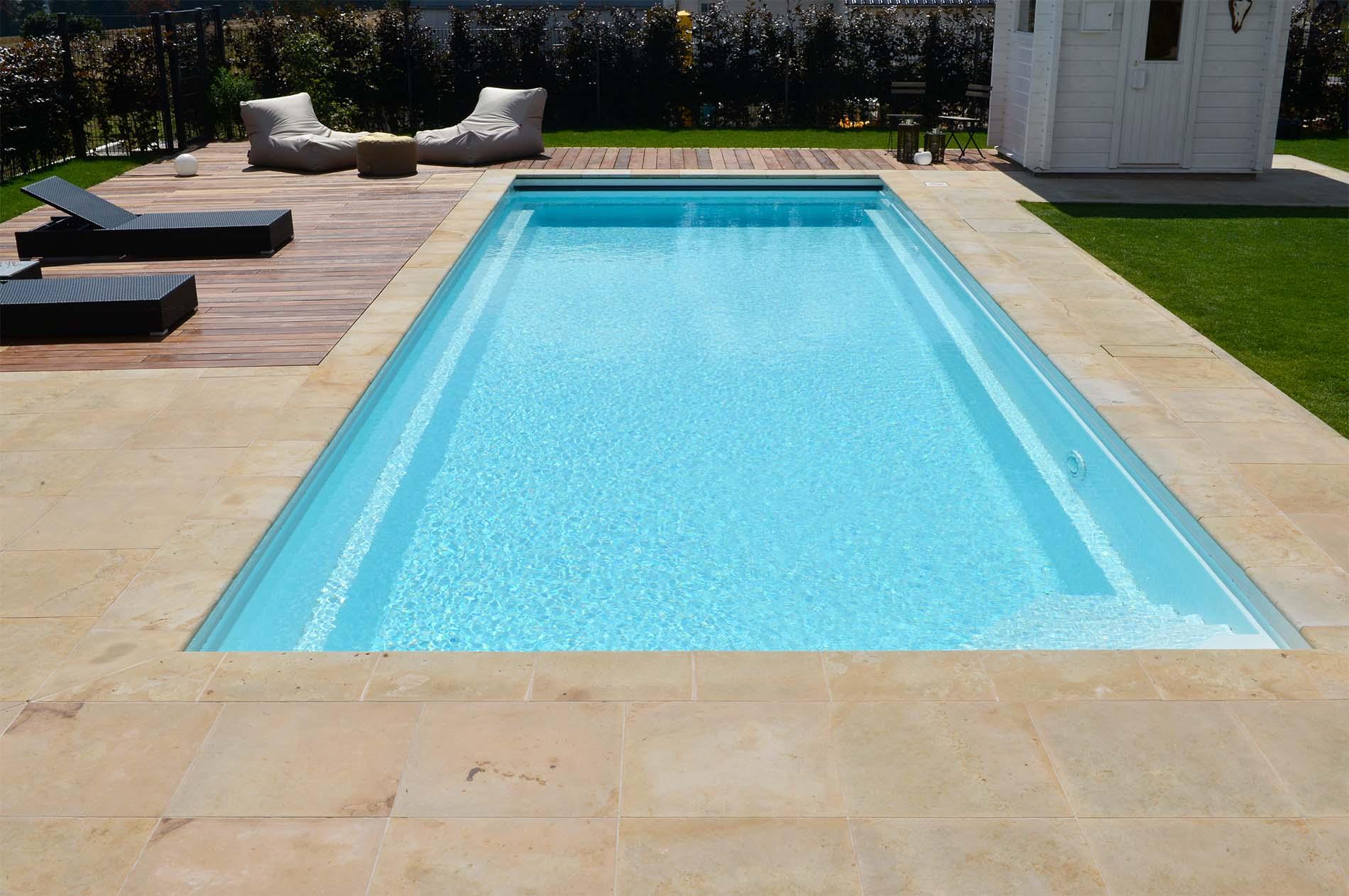 Poolumrandung und Bodenplatten aus Seeberger Sandstein von TRACO