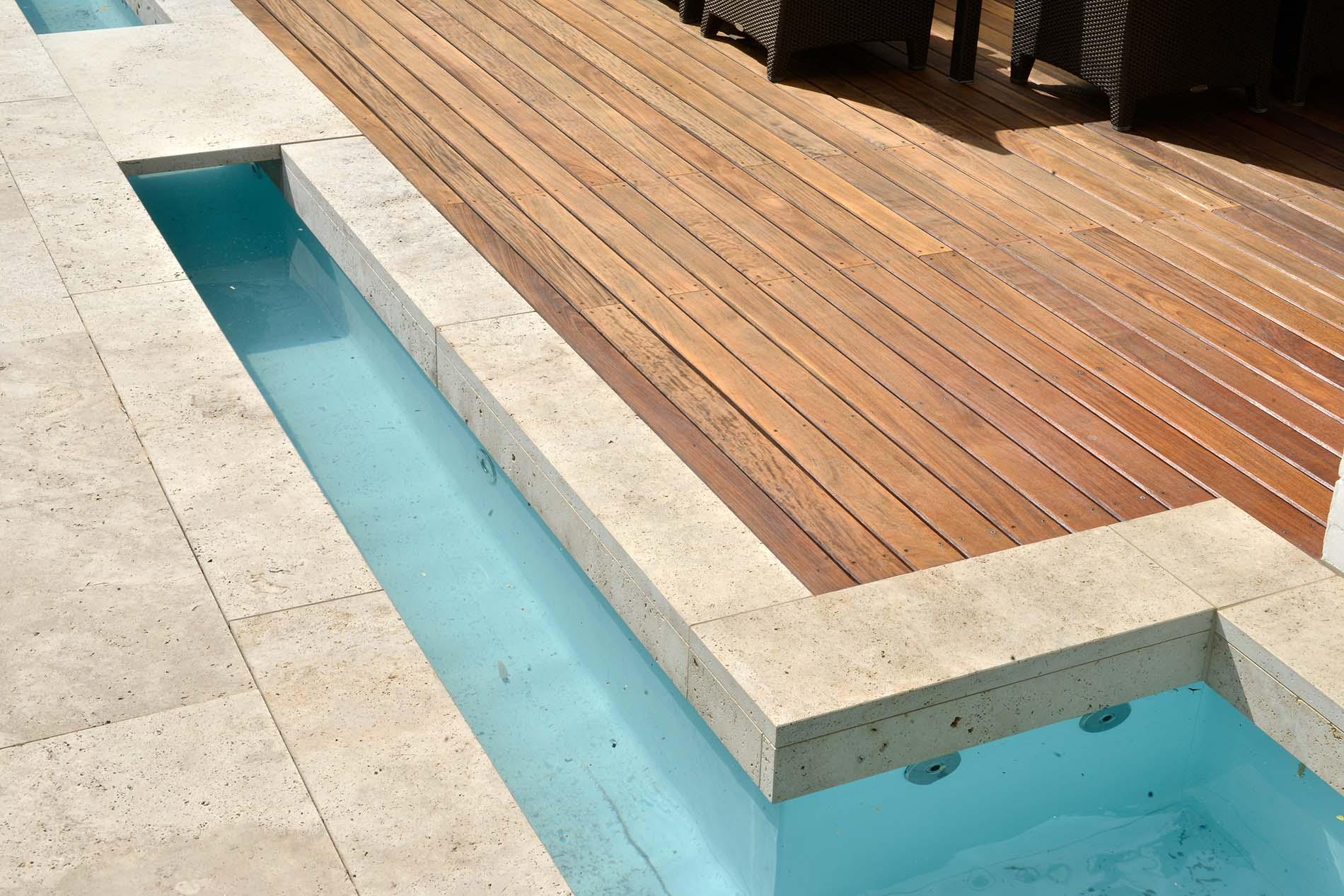 Poolumrandung und Terrassenplatten aus Bauhaus Travertin von TRACO