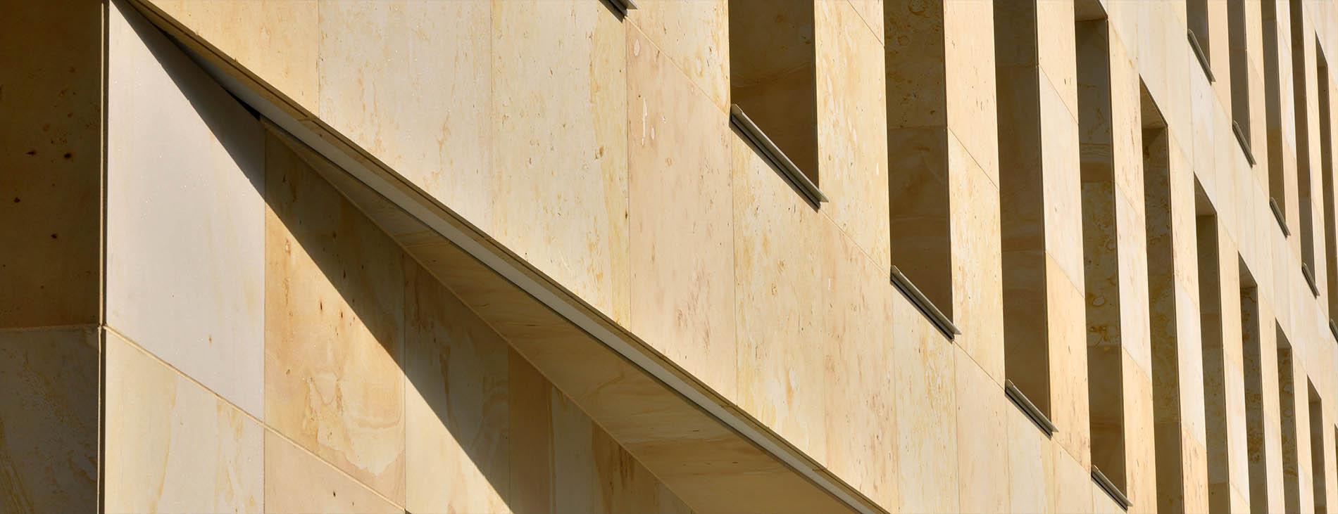Kundenhaus Sparkasse Bayreuth mit Natursteinfassade aus Seeberger Sandstein von TRACO