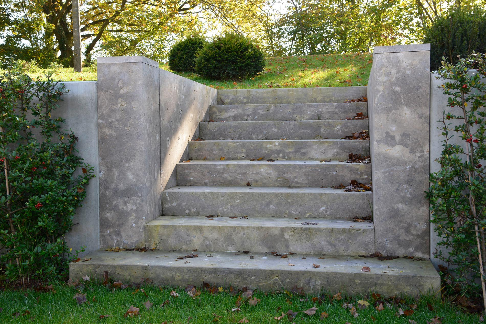Pflanzeinfassung, Pfeiler und Blockstufen aus Limes Dolomit® von TRACO