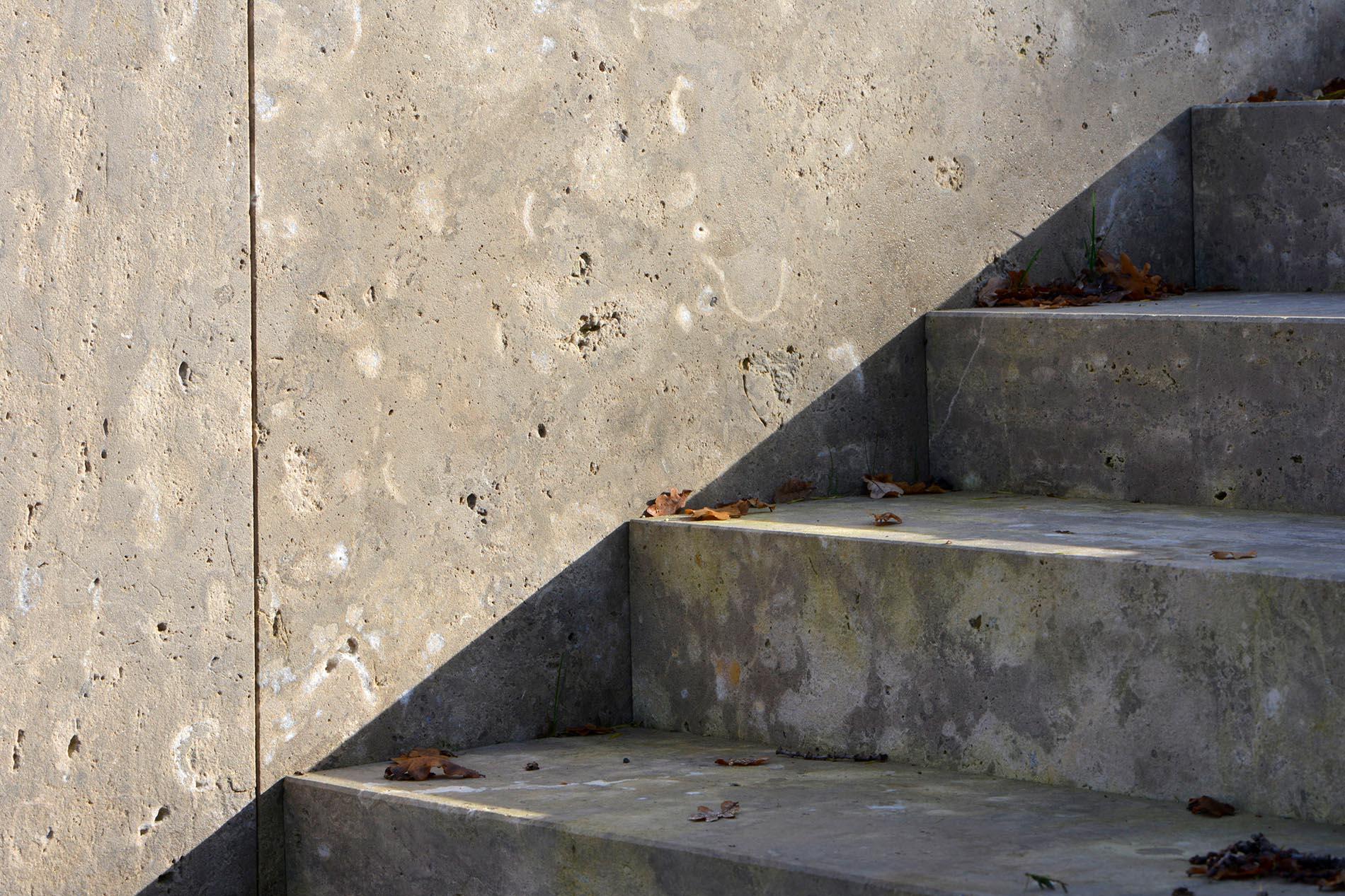 Pflanzeinfassung und Blockstufen aus Limes Dolomit® von TRACO
