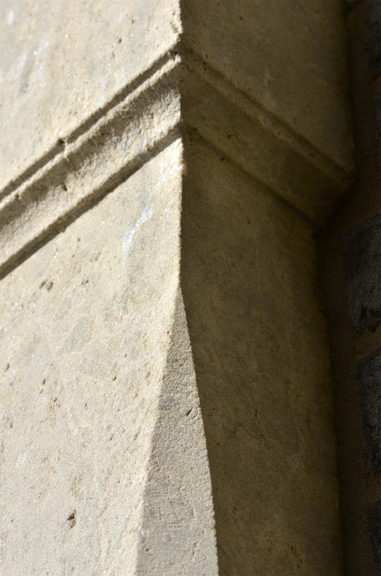 Steinmetzarbeit an einem Pfeiler aus Limes Dolomit® von TRACO