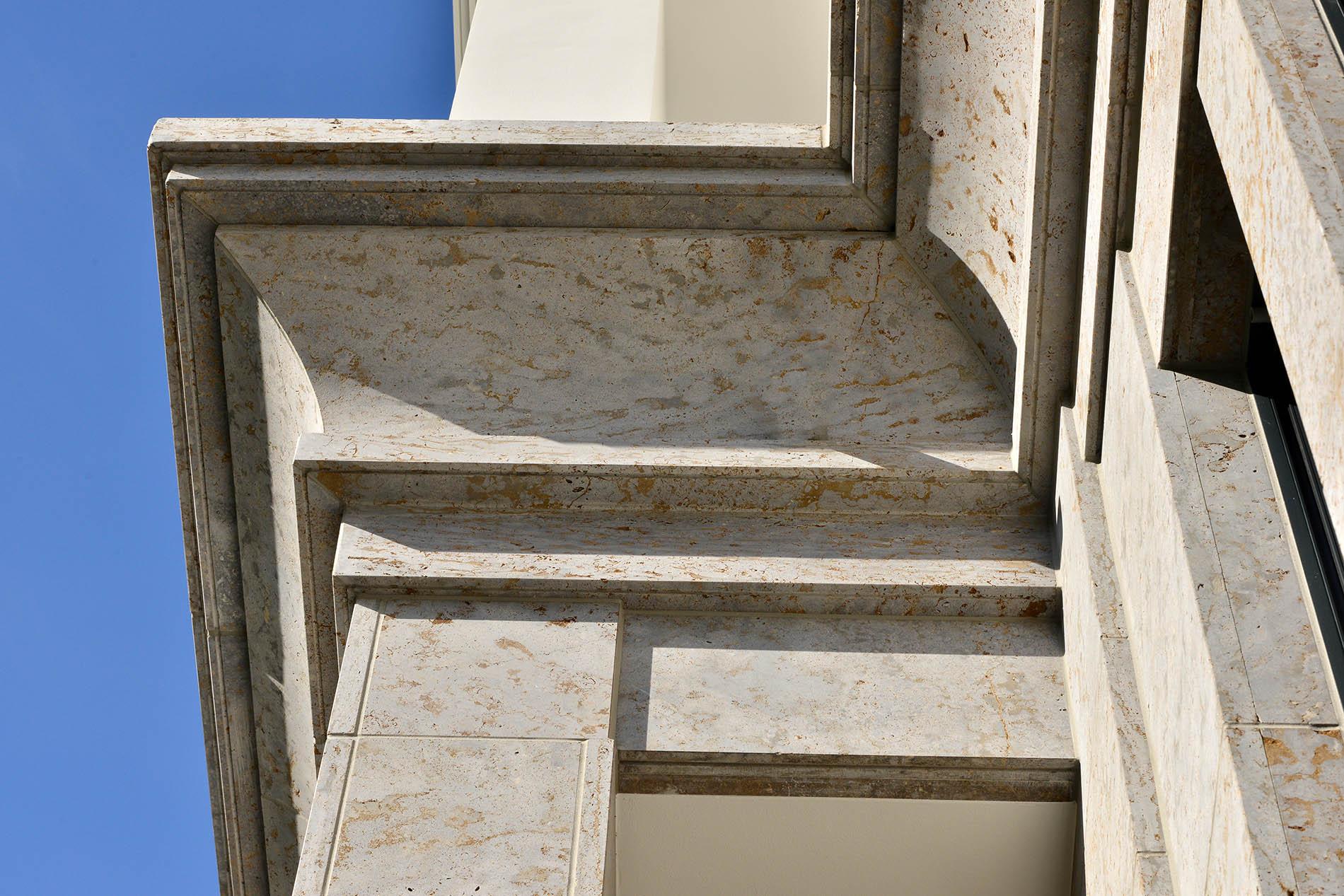 Cecilienallee Düsseldorf mit Fassadenplatten und Gesims aus Mooser Muschelkalk von TRACO