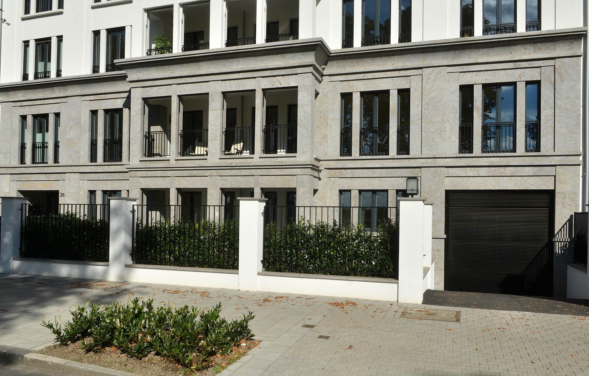 Luxuswohnhaus in Düsseldorf mit Fassadenplatten und Gesims aus Mooser Muschelkalk von TRACO