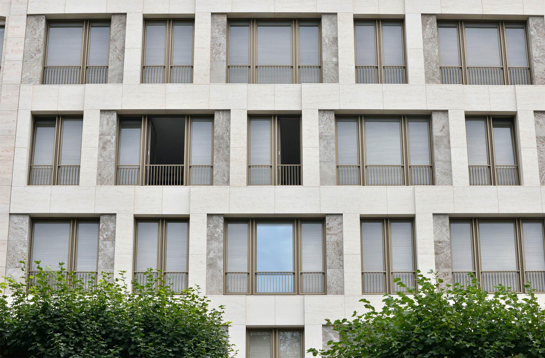 Bürogebäude auf dem Alstercampus, Hamburg mit Fassadenplatten und Fenstergewändern aus Kohlplatter Muschelkalk