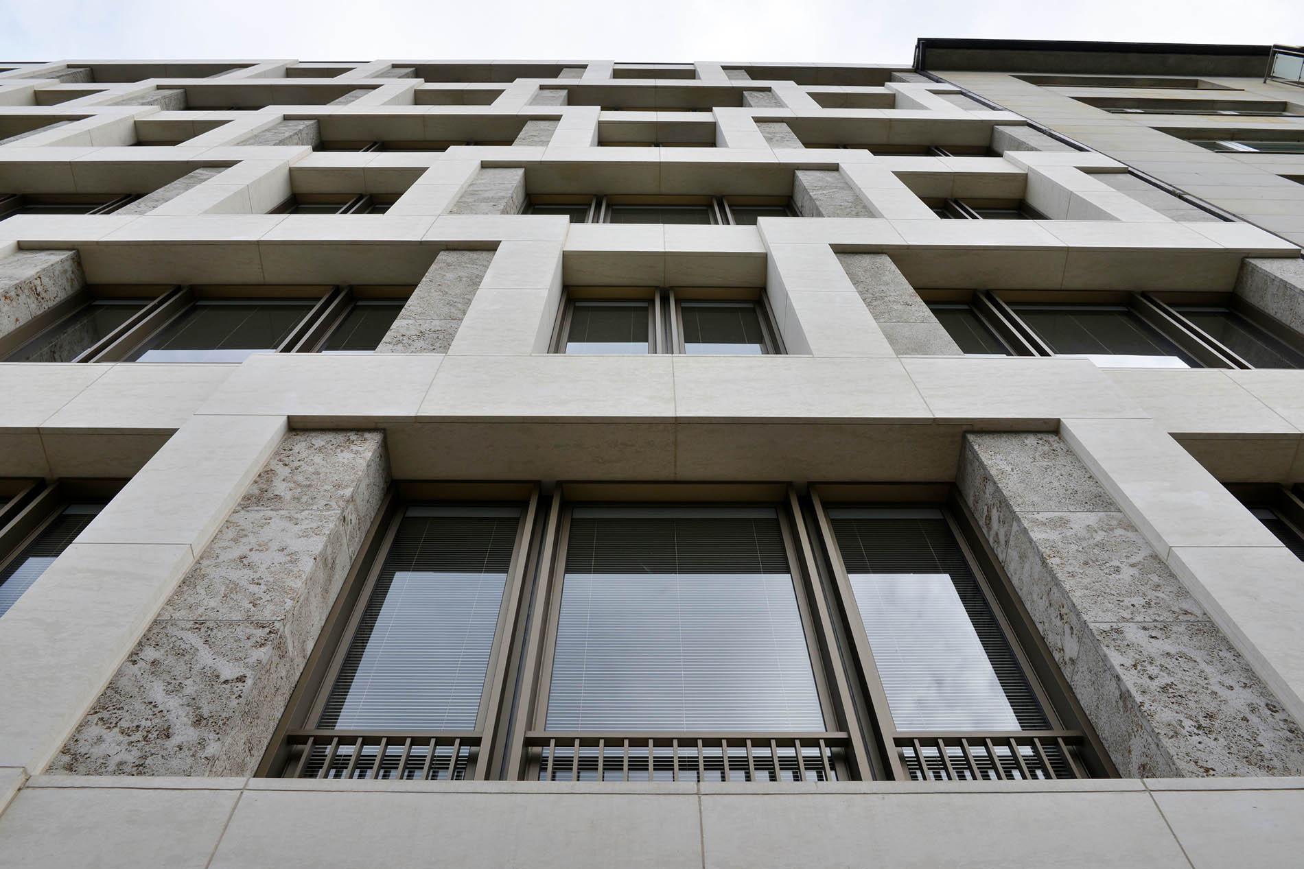 Bürogebäude auf dem Alstercampus, Hamburg mit Fassadenplatten und Fenstergewändern aus Muschelkalk