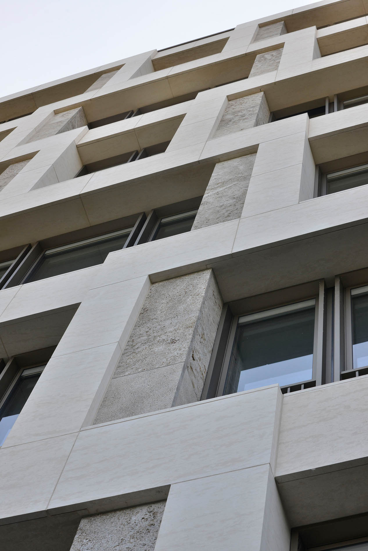 Bürogebäude auf dem Alstercampus in Hamburg mit Fassadenplatten und Fenstergewändern aus Muschelkalk