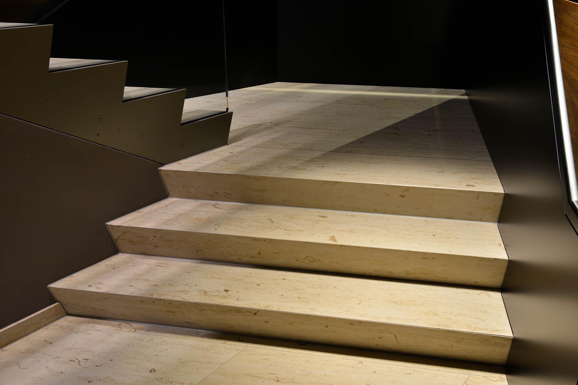 Boden- und Treppenbeläge aus Travertin