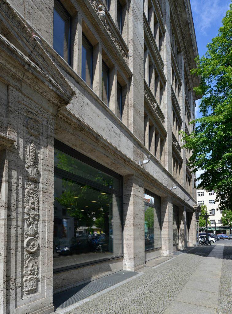 Robert Bosch Haus Berlin - mit einer Fassade und Steinmetzarbeiten aus Thüringer Travertin von TRACO