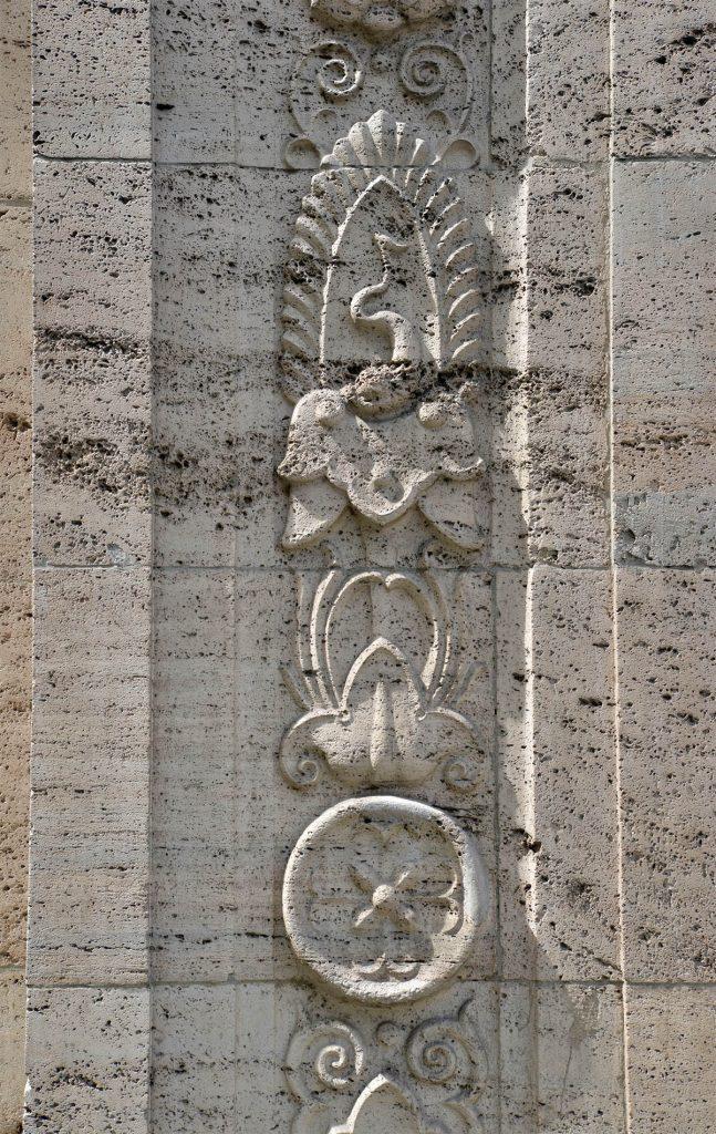 massive Steinmetzarbeit am Robert Bosch Haus in Berlin - Thüringer Travertin von TRACO