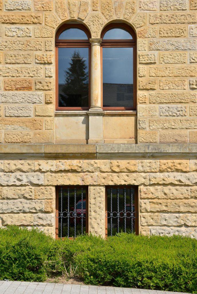 Deutsche Feuerversicherung in Gotha - mit einer Fassade, Steinmetzarbeiten aus massivem Seeberger Sandstein