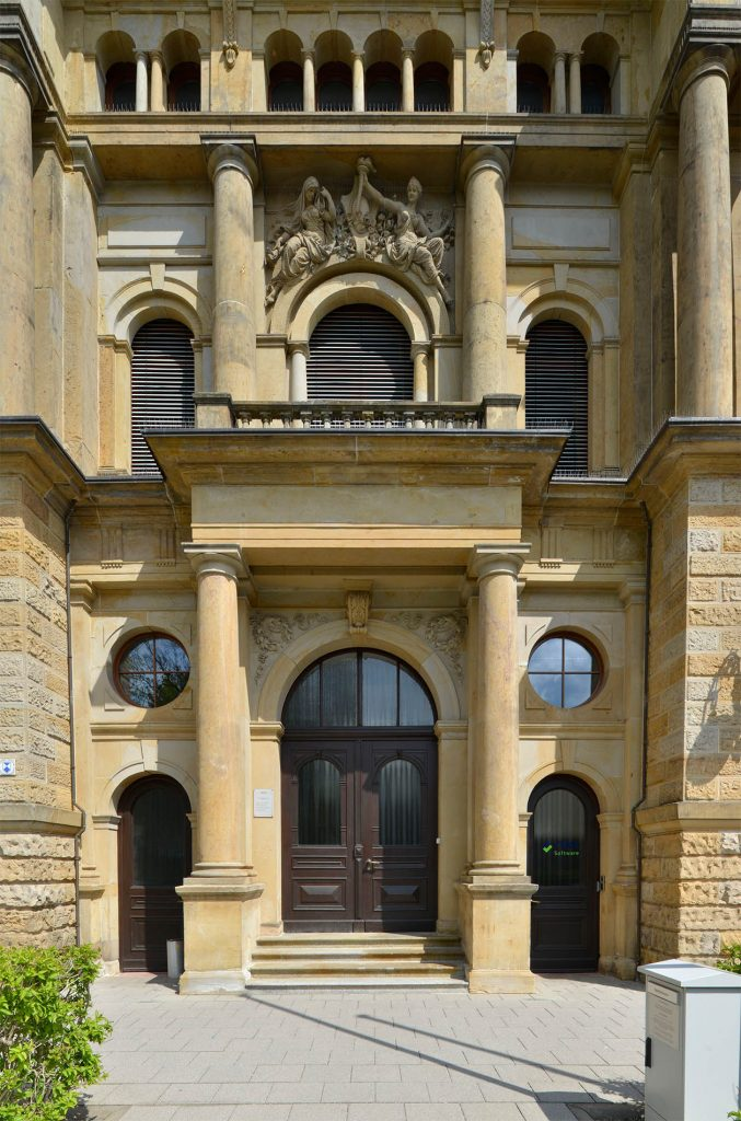 Gebäude der Deutschen Feuerversicherung in Gotha - mit einer Fassade und Steinmetzarbeiten aus massivem Seeberger Sandstein