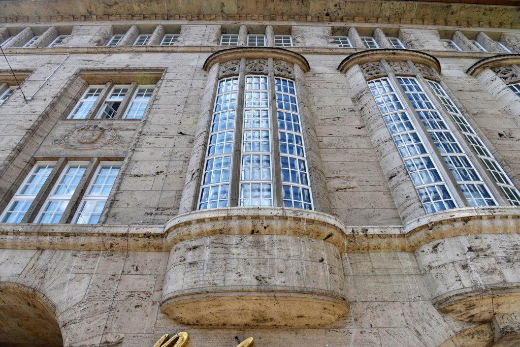 Bahlsen Hannover - mit einer massiven Natursteinfassade aus Travertin von TRACO
