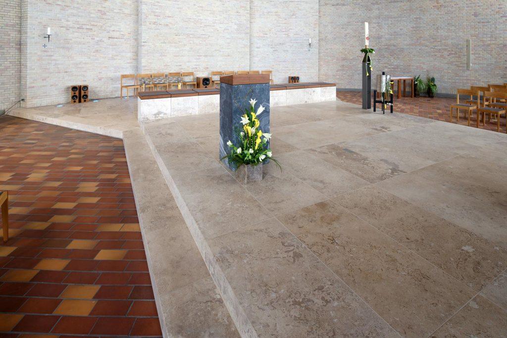 Kirche St.Konrad in Karlsruhe - mit einem Naturstein Altar aus Travertin Sonderbuch von TRACO