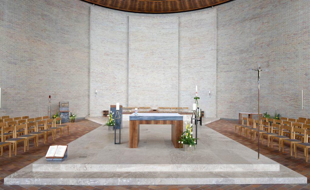Kirche St.Konrad in Karlsruhe - mit einem Naturstein - Altar aus Travertin Sonderbuch von TRACO