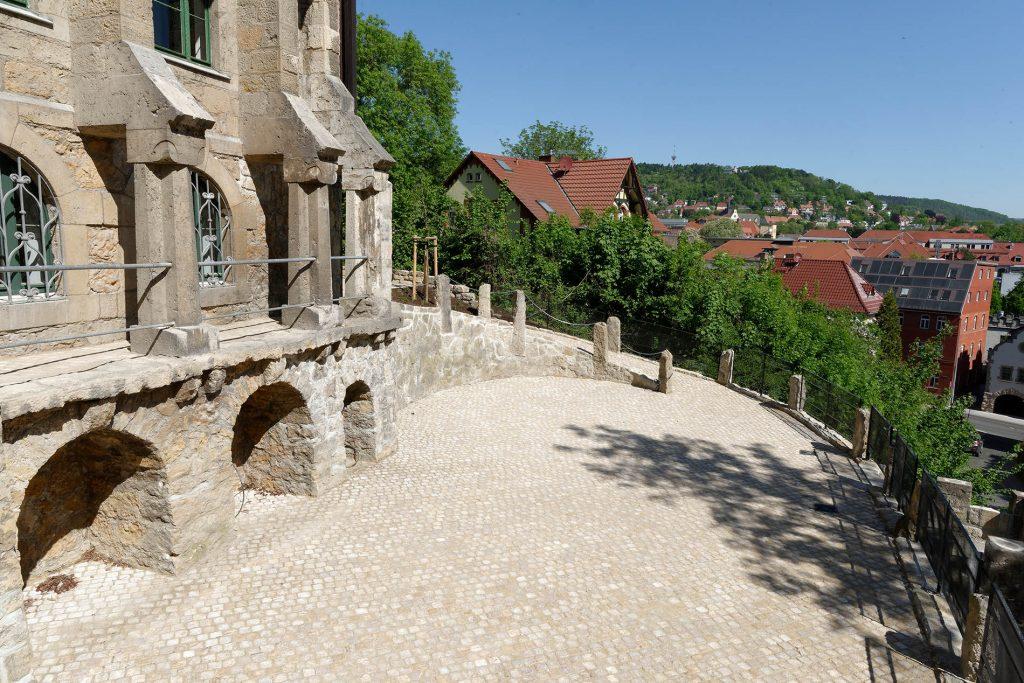 Normannenhaus Jena - mit Blockstufen und Natursteinpflaster aus Travertin von TRACO