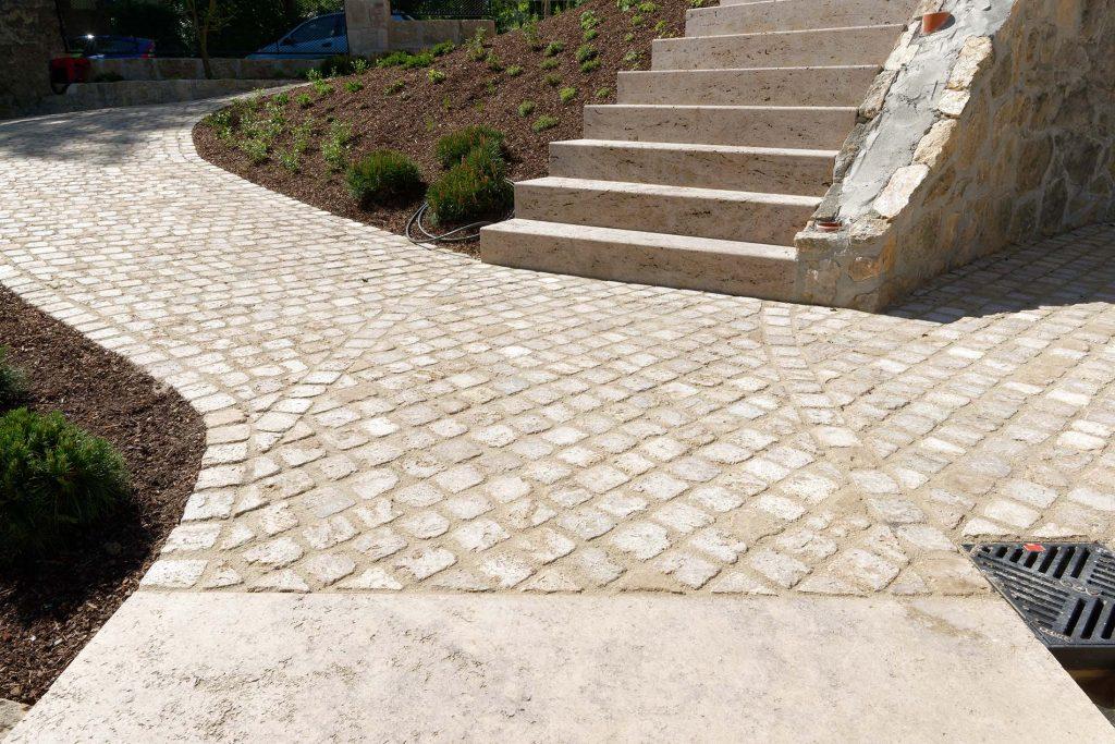 Normannenhaus Jena - mit Blockstufen, Bodenplatten und Natursteinpflaster aus Travertin von TRACO